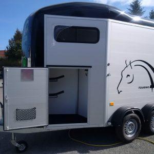 cheval liberté touring jumping vue de côté sellerie ouverte
