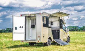 vue arrière camion transport chevaux paragan excelsion ouvert 5 places cabines, deux chevaux freestand stalle